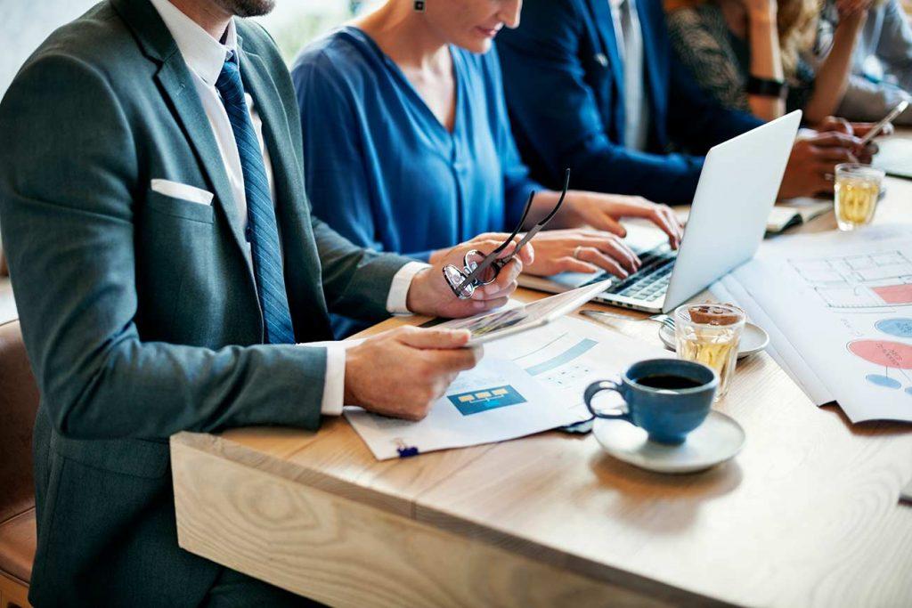 gente-de-negocios-en-reunion-corporativa