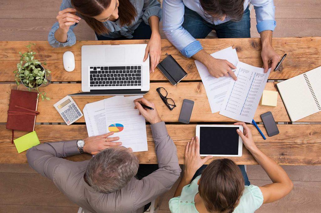 personas-trabajando-en-oficina