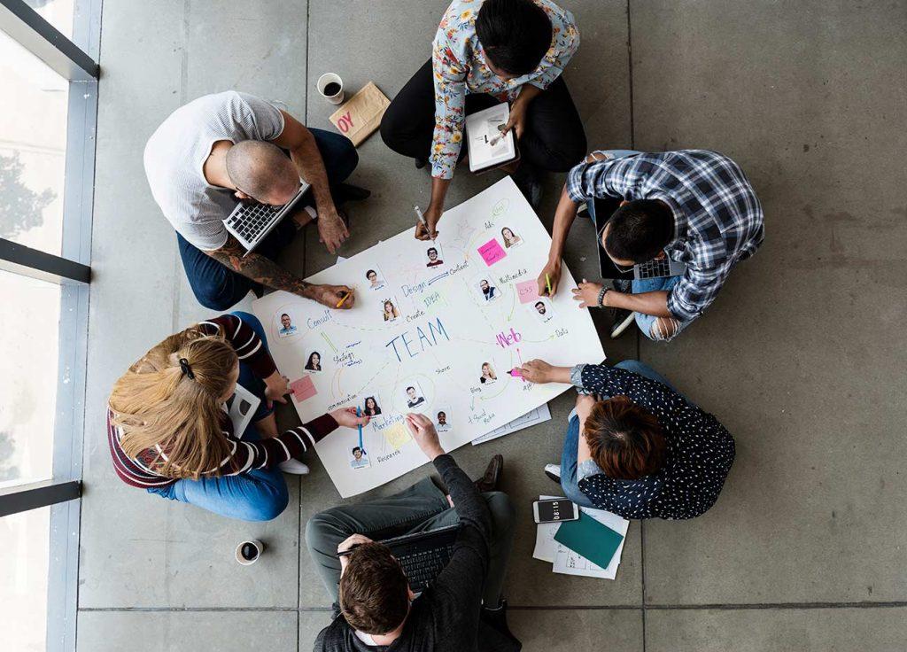 gente-trabajando-dando-ideas-de-negocios