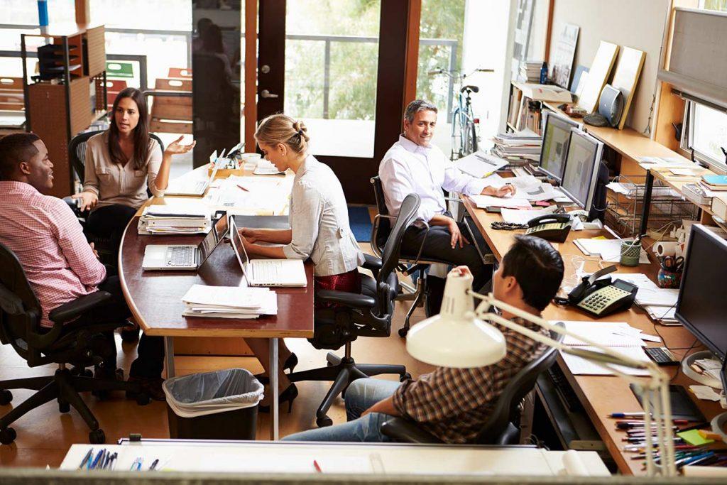 interior-de-una-empresa-con-empleados